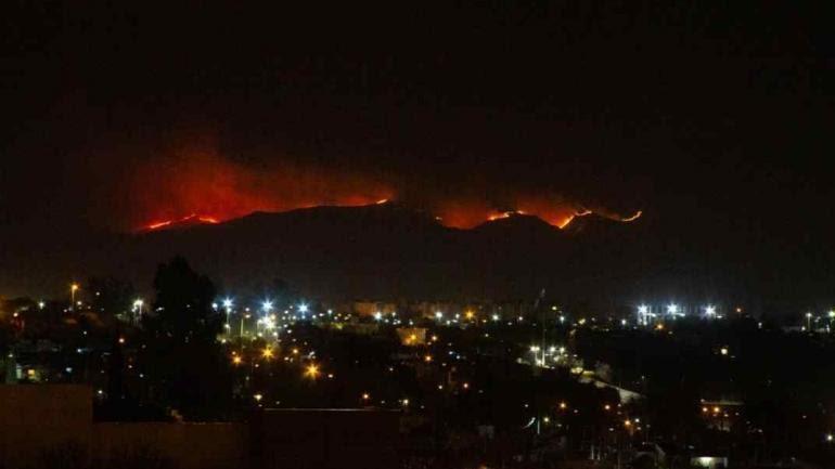Así se veía el fuego desde la Capital. (La Voz / Andrés Blanco)